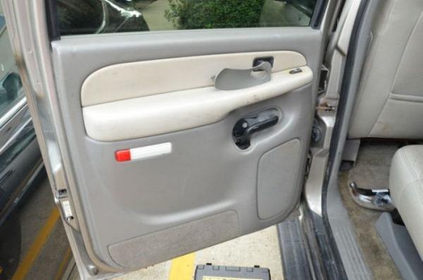 Não vais acreditar no que descobriu quando ia reparar a janela do carro!