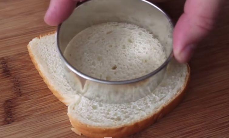 Ele corta o pão de forma circular… O resultado final é uma delícia!