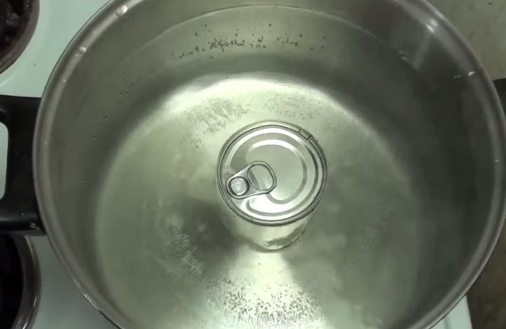 Ele ferveu uma lata de leite condensado. Não vais acreditar no resultado!