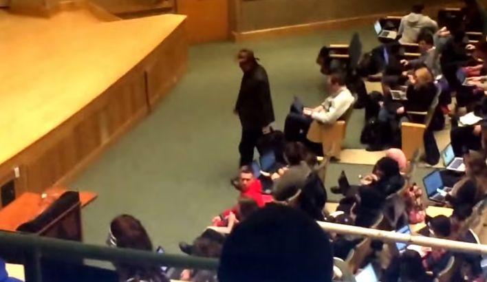 """Professor com estilo de """"Indiana Jones"""" é gozado por alunos no anfiteatro da universidade!"""