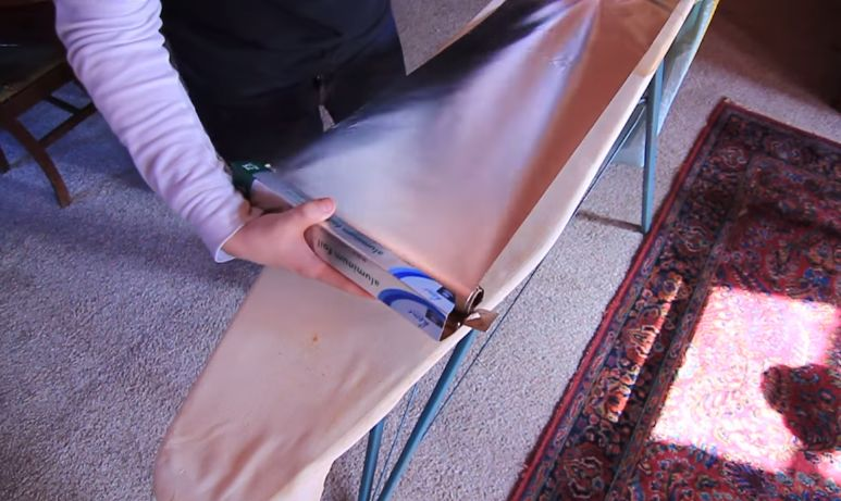 Ele coloca uma folha de papel de alumínio  sobre a tábua de engomar! Muito útil este truque!
