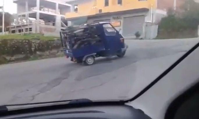 Esta mota com excesso de carga tentou subir estrada inclinada! Não imaginas o que aconteceu!