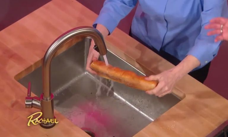 Ela molha o pão na torneira! Um truque incrível que te vai deixar impressionado! E fazer poupar dinheiro!