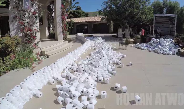 Inacreditável o que ele fez com mais de 4000 rolos de papel higiénico!