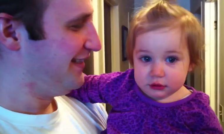 Pai corta a barba e a filha fica confusa pois não o reconhece!