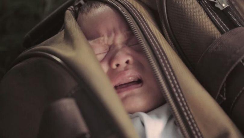 Encontrou um bebé numa mala, e o que ela fez deixou a cidade toda a falar!