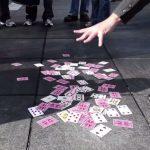 Ele atira as cartas para o chão, mas o que aconteceu a seguir impressionou toda a gente! Como é possível?