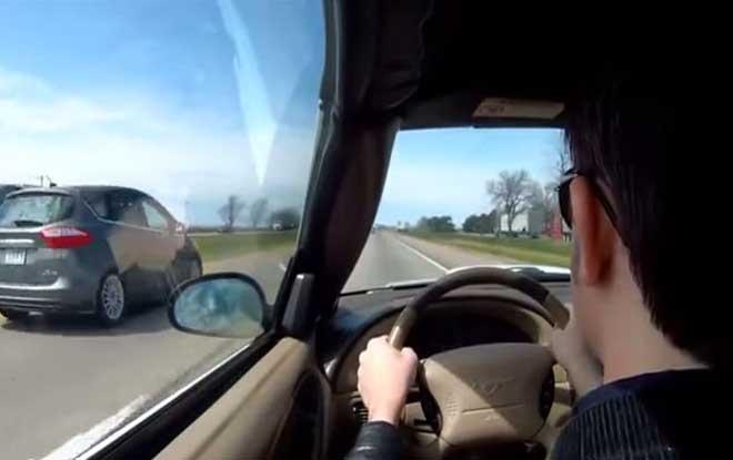 Ele desmaiou ao volante de um Ford Mustang e despistou-se na auto-estrada! Vídeo impressionante!