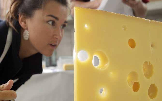 """Suíça desvendou o seu """"maior"""" segredo! O mistério dos buracos nos queijos!"""