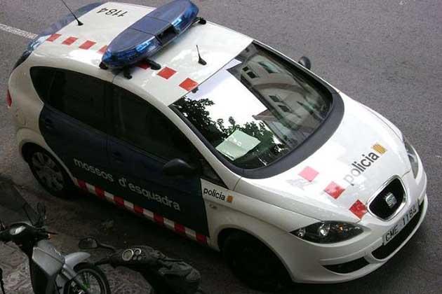 Ela tirou uma foto a um carro da polícia mal estacionado, e foi multada por isso!