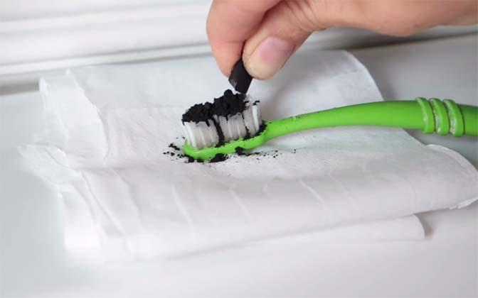 Ela coloca carvão na escova de dentes e faz isto… Segundos depois… UAU! Nunca pensei!