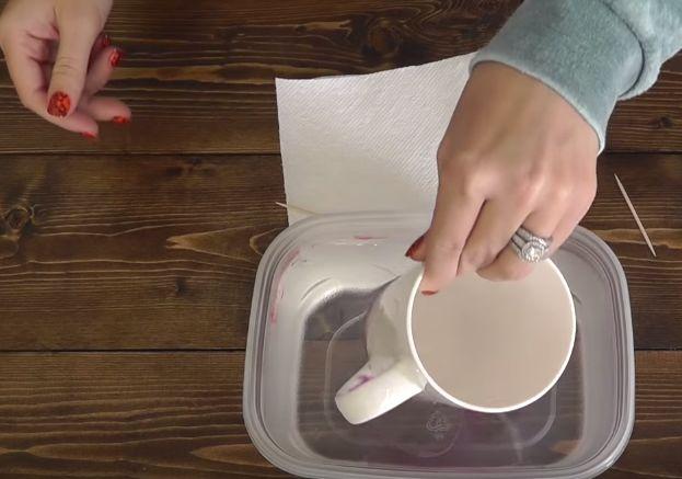 Ela colocou a caneca na água com um ingrediente secreto… O que acontece é inacreditável!