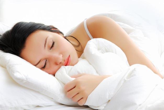 """Dormir de lado """"limpa o cérebro"""" e pode evitar doenças como Alzheimer!"""