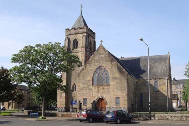 Esta igreja estava abandonada e decadente há anos… É inacreditável o que fizeram com ela!