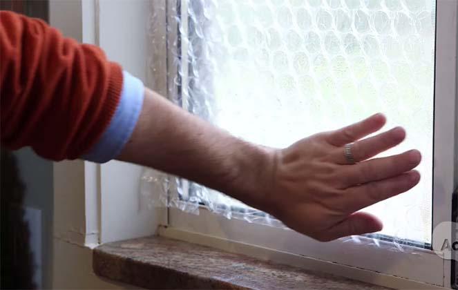 Ele pressiona plástico de bolha na janela… Que truque incrível para poupar dinheiro!
