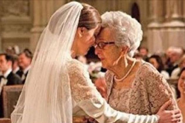 Noiva surpreende a avó ao usar seu vestido de