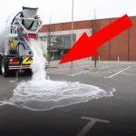 Ele começa a deitar água no pavimento, mas o que acontece a seguir… É inacreditável!