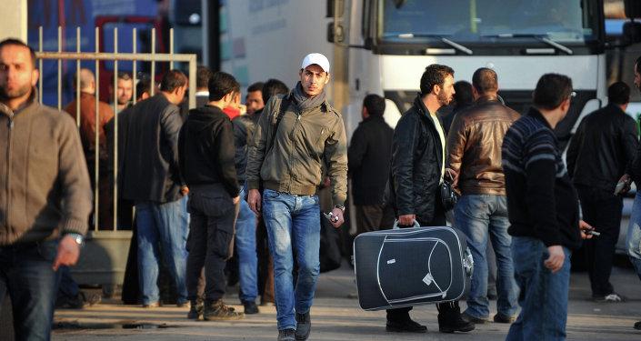 Inacreditável! Refugiados exigem empregadas domésticas e atiram lixo para a rua como protesto