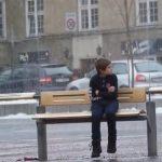 Esta criança estava cheia de frio na paragem em pleno inverno… O que lhe fizeram… IMPRESSIONANTE!