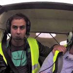 O piloto desmaiou em pleno voo… O passageiro entrou em desespero… Arrepiante!