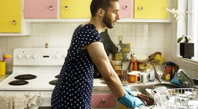"""Homens que cozinham """"podem adoecer com homossexualidade"""", avisa a igreja chilena!"""