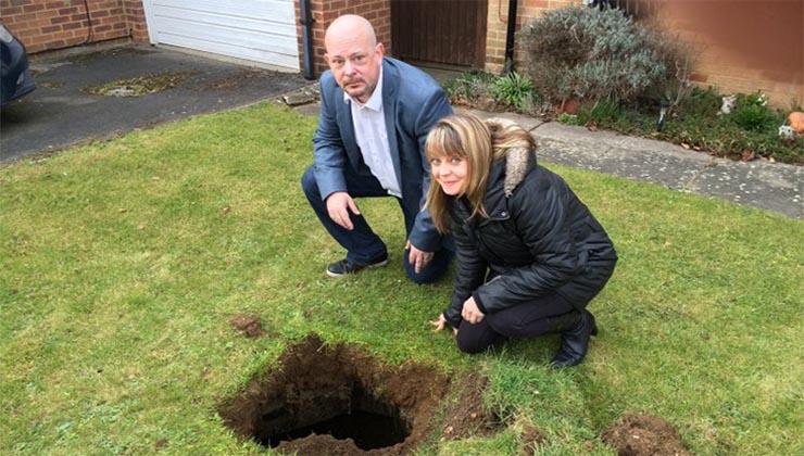 Eles descobriram um buraco no seu jardim… Mas o pior… É que tinha escadas para o seu interior…