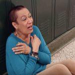 Esta professora doente dirigia-se para a sua sala… Mas quando viu isto no corredor… Entrou em COLAPSO!