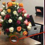 Esta mulher recebeu um ramo de flores no trabalho… Ao ler o bilhete, os colegas não queriam acreditar…