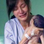 Mãe abraça o recém-nascido sem vida… Mas quando olhas para as mãos dela…