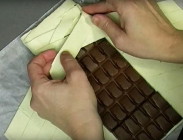 Colocou uma barra de chocolate dentro da massa folhada…quando a tirou do forno…fantástico!