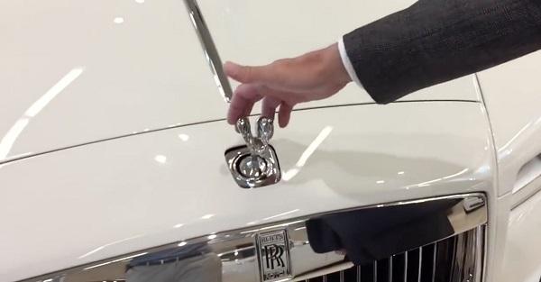 Se tiveres um Rools-Royce e te tentarem roubar o símbolo do capô é isto que vai acontecer!