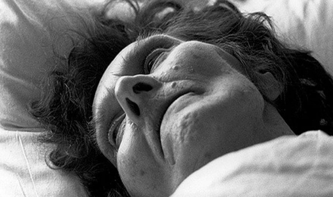Pouco antes de morrer, esta idosa escreveu quem ela realmente era… Quando a enfermeira leu a carta… Ficou sem palavras!