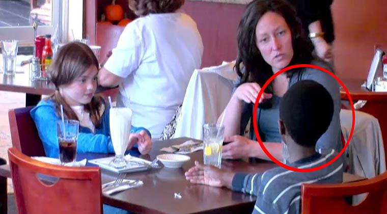 O filho adotivo olhava cheio de fome enquanto a mãe e a irmã comiam… O que um cliente fez a seguir…
