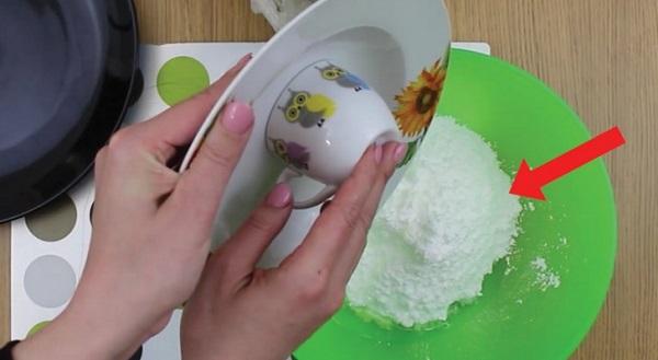 Basta juntares clara de ovos e açúcar! Passados dois minutos o resultado é de deixar água na boca!