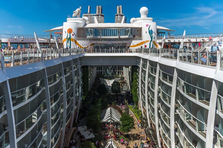 É assim o interior do maior navio cruzeiro do mundo! É simplesmente impressionante!