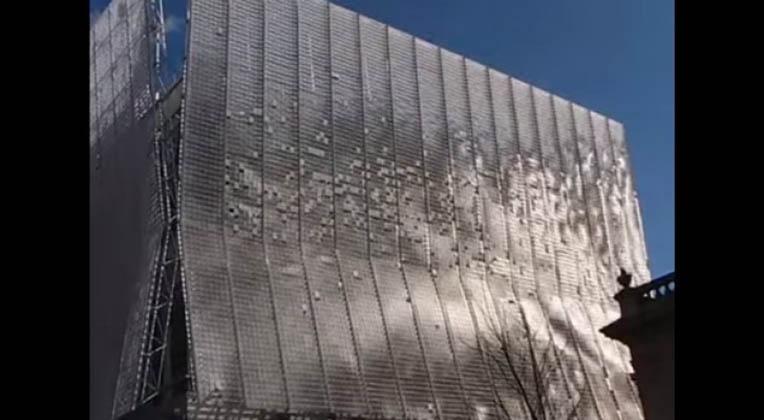 Parece um prédio normal… Mas espera… Quando o vento começa a soprar… UAU! Impressionante!