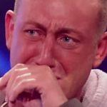 Este homem de 34 anos estava a tremer tanto que mal conseguia segurar o microfone. Mas conseguiu levar o público às lágrimas!