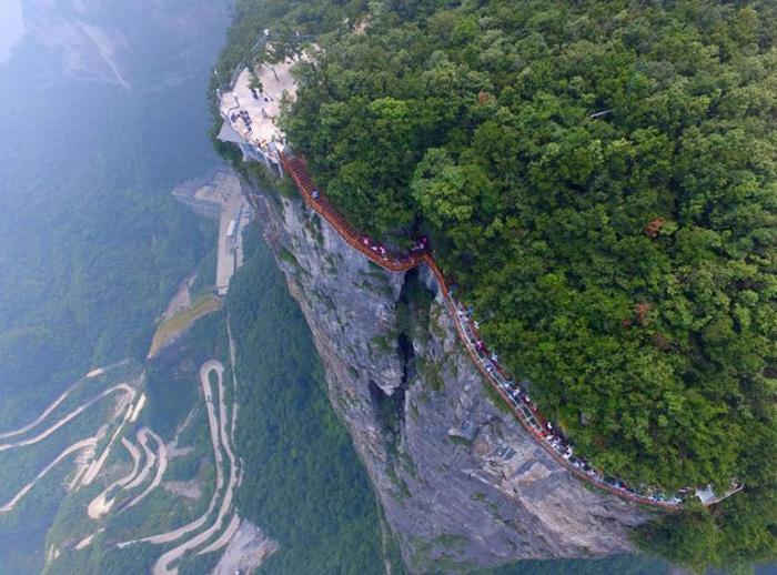 Ponte de vidro impressionante circula toda a montanha numa falésia! Tinhas coragem de a percorrer?