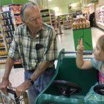 Menina de 4 anos chamou velho a este homem… O que ele lhe respondeu… Está a chocar o mundo!