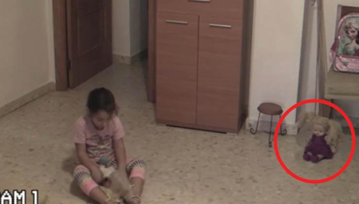 Os pais filmaram a menina enquanto brincava sozinha… O que aconteceu à boneca… Arrepiante!