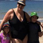 O marido tirou uma foto deles na praia… Mas olha para a foto com cuidado… É muito mais do que imaginas!