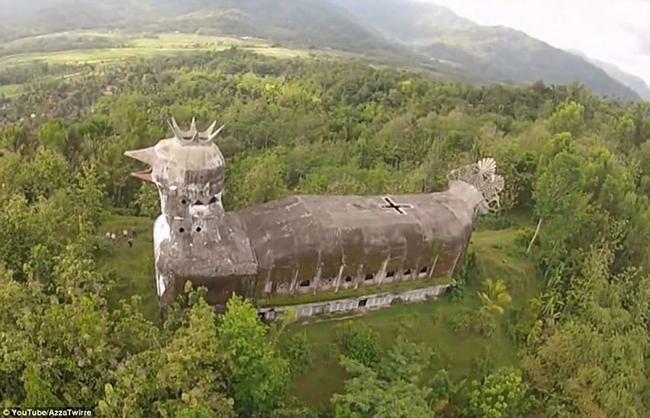 Esta igreja abandonada no meio da selva é diferente de tudo o que já viste! Quando a vires melhor…