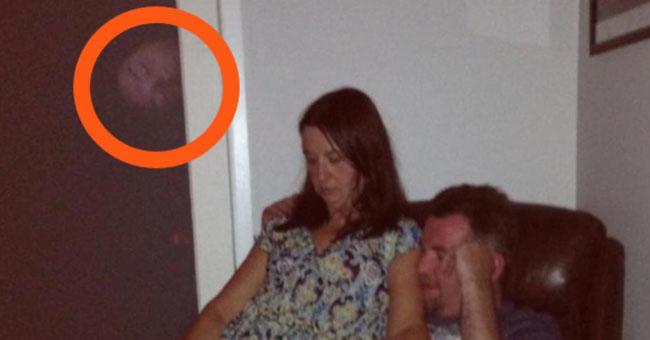 Ela tirou uma foto alguns dias depois do funeral… Quando olhou bem para a foto… Um calafrio percorreu-lhe a espinha!