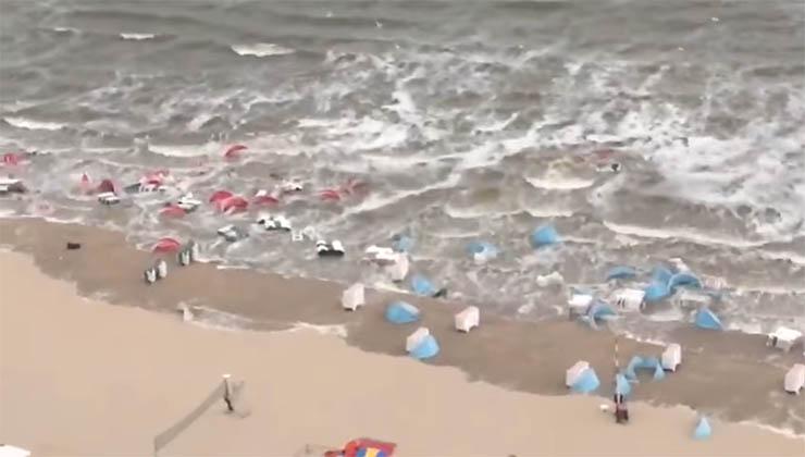 Famílias desfrutam de um dia de praia… Quando o mar provoca o caos e apodera-se de tudo!