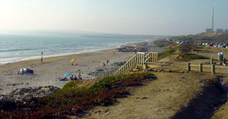 Praia portuguesa onde a água é sempre quente foi descoberta por brasileiros! Sabes qual é?