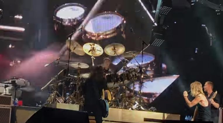 Jovem de 19 ano sobe ao palco e toca bateria com os Foo Fighters. Dave Grohl ficou impressionado!