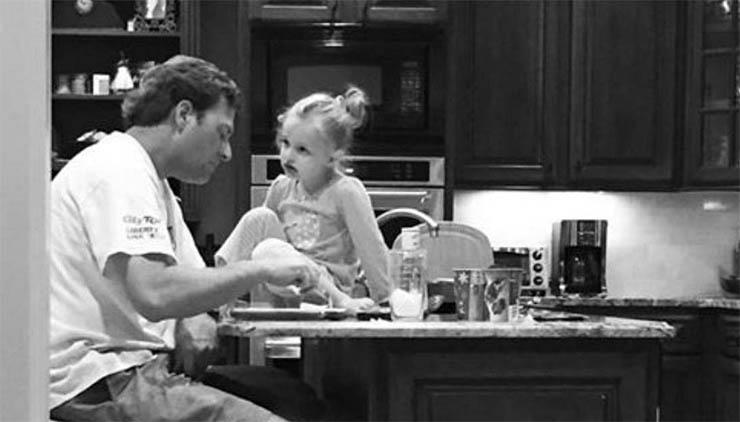 A esposa reclama pelo marido trabalhar demais… Mas depois, ela escuta esta conversa entre ele e a filha…