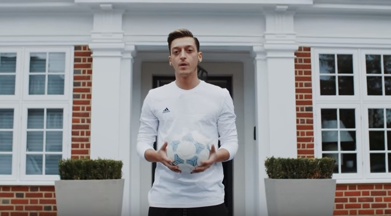 Mesut Özil fez visita guiada à sua luxuosa casa. É muito luxo…