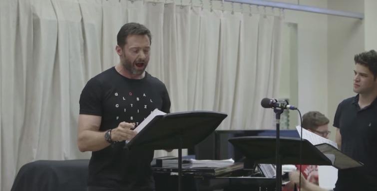 """Hugh Jackman """"parte a loiça toda a cantar"""" nos ensaios do """"O Grande Showman""""… E estava proibido de cantar pelo médico…"""