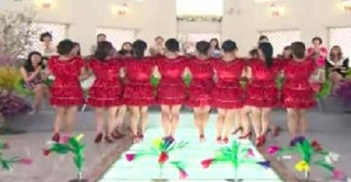 O público ficou de queixo caído quando estas mulheres de vestido vermelho se viraram e formaram uma linha!